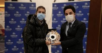 Hilton Istanbul Maslak'tan TEB BNP PARIBAS Tenis Turnuvası şampiyonuna geleneksel hediye