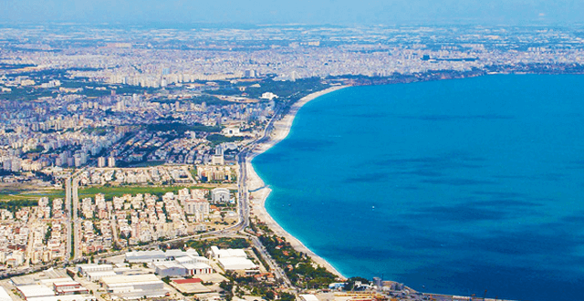 Tam kapanma açıklaması, Konyaaltı Sahili'de yoğunluğa neden oldu