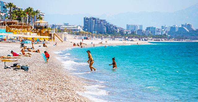 Kısıtlamadan muaf turistler denizin keyfini çıkardı