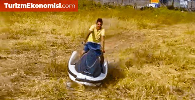 Kısıtlamada denizde kullanamadığı jet skisini çayırda sürdü