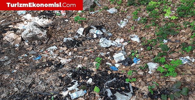 Kartepe'de karlar eriyince çöpler ortaya çıktı