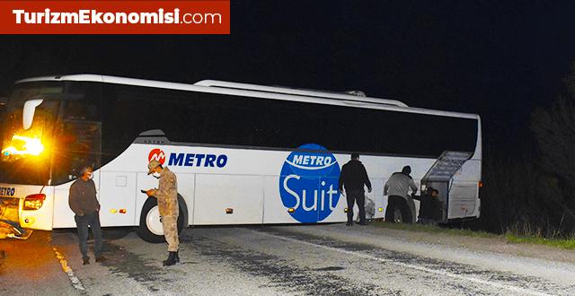 Geri manevra yapmak isteyen yolcu otobüsü şarampolde asılı kaldı