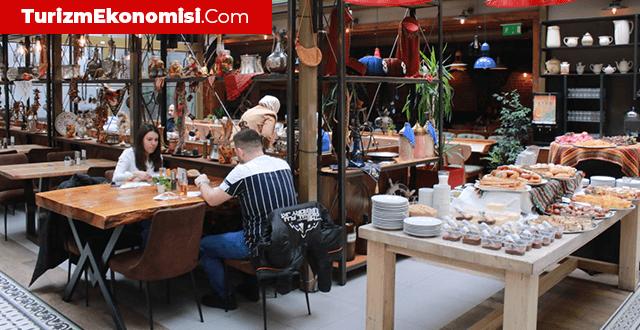 Kovid-19 tedbirleri gevşetiliyor: 7 ay sonra restoranlar açıldı