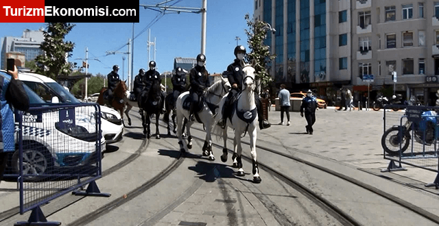 Taksim Meydanı ve İstiklal Caddesi'nde atlı zabıtalardan koronavirüs denetimi