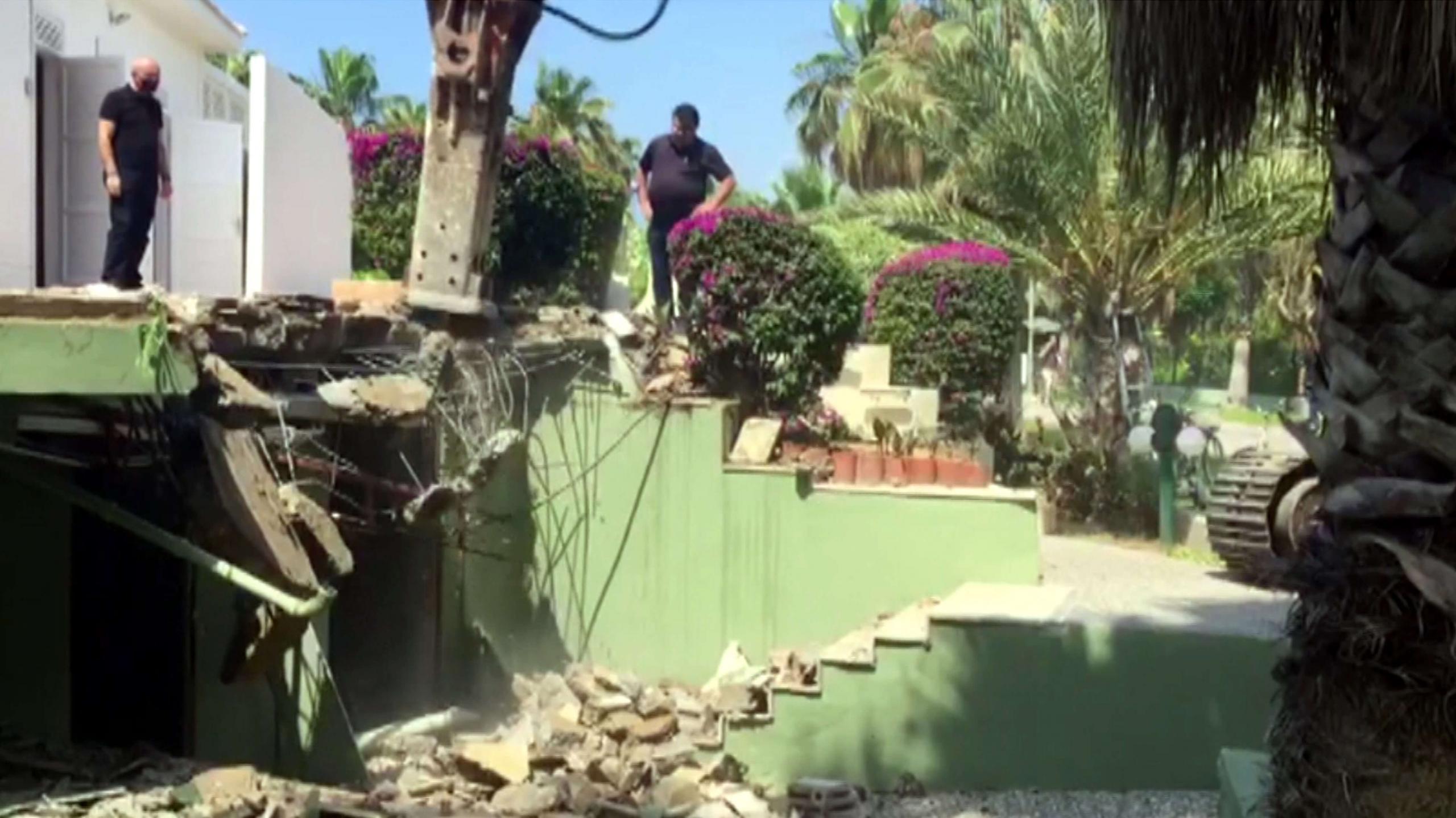 Sezon açılışı yapılan otelin imara aykırı bölümünde yıkım