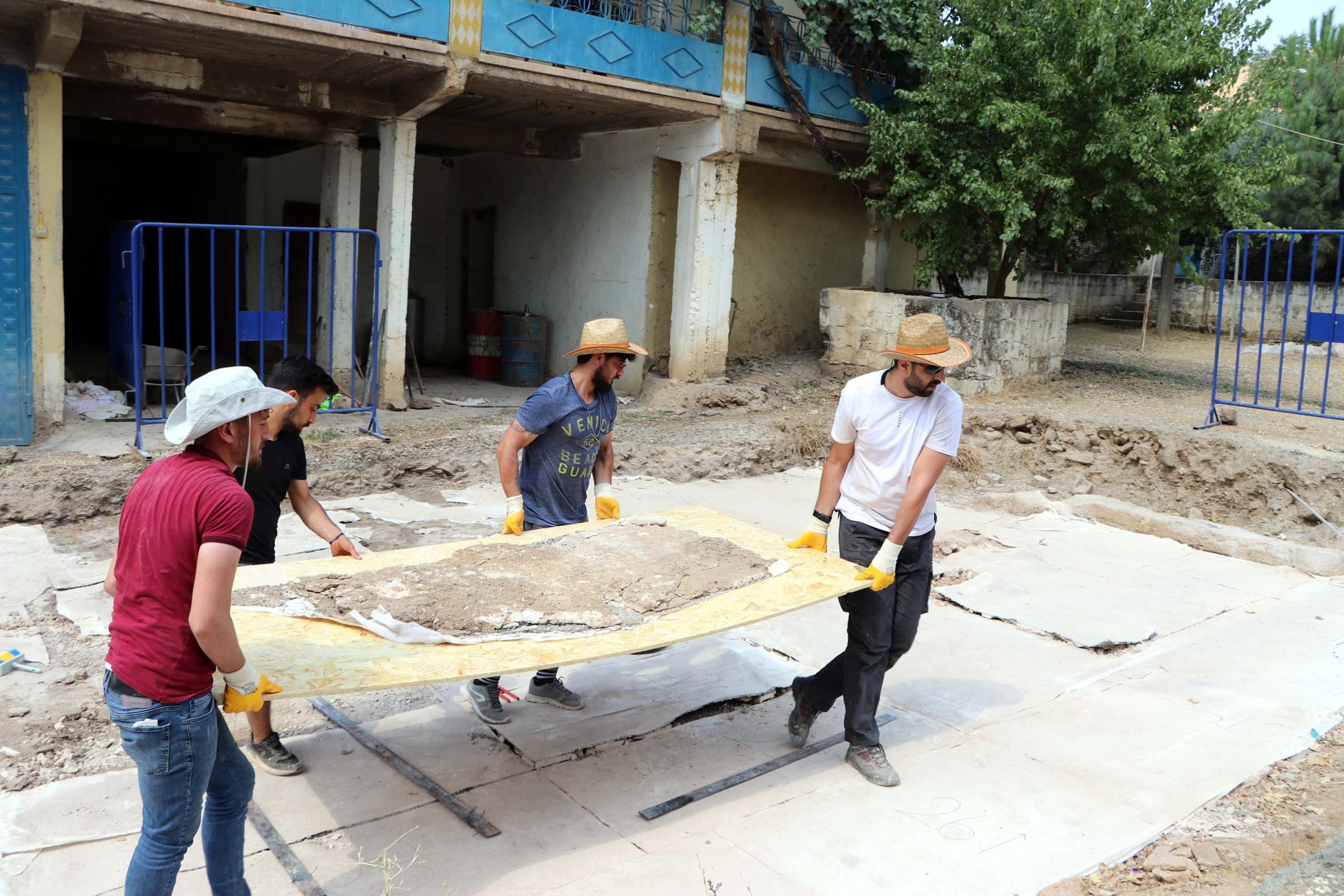 Kaçak kazıda bulunan mozaikler parçalar halinde Zeugma Müzesi'ne taşınıyor