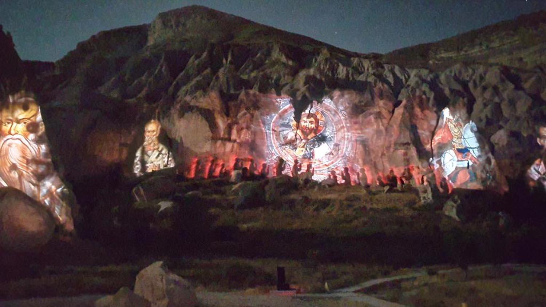 Kapadokya'da tarih, peribacalarına yansıtıldı