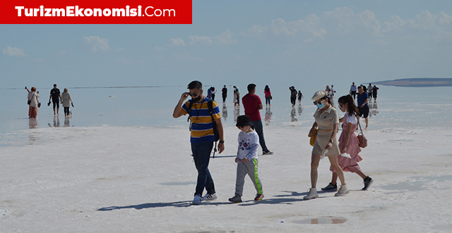 Yerli ve yabancı turistler Tuz Gölü'ne akın etti